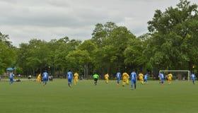 足球队员比赛在公园 库存图片