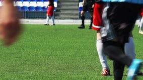 足球:球员在领域站立 股票录像