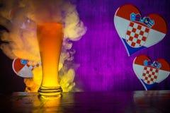 足球2018年 创造性的概念 啤酒杯用在准备好的桌上的啤酒喝 支持您的有啤酒概念的国家 精选 免版税库存图片