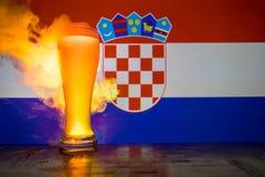 足球2018年 创造性的概念 啤酒杯用在准备好的桌上的啤酒喝 支持您的有啤酒概念的国家 精选 免版税库存照片