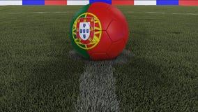 足球/橄榄球经典球在领域草的中心与葡萄牙旗子的绘画的与焦点的总体上调遣, 免版税库存照片