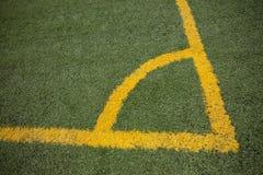 足球(橄榄球)与黄线的域角落 免版税库存照片