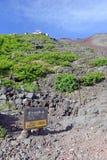 足迹在富士山,日本的路线标志 免版税库存照片