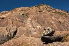 足迹标记用在背景的迷离山 免版税库存图片