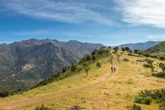 足迹的两个远足者在中篇小说附近在可西嘉岛的Balagne地区 库存图片
