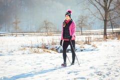 足迹的妇女冬天高涨的 库存照片