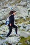 足迹的妇女远足者 免版税库存照片