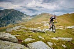 足迹的山骑自行车的人 库存照片