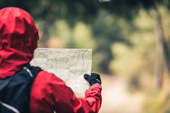 足迹的远足者与地图, Izerskie山,波兰 免版税库存照片