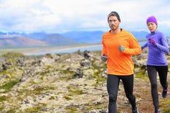 足迹赛跑者男人和妇女跑横越全国 库存图片