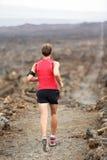 足迹跑越野赛跑的赛跑者人 库存图片