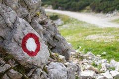 足迹,远足,在一个岩石的远足标记在山道路 库存照片