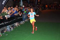 足迹runnig wordl冠军,夫人 Emelie福斯伯格庆祝她的在天空赛跑者联赛的最后的种族的第一个位置 免版税图库摄影