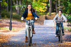 年轻活跃人骑自行车 库存照片