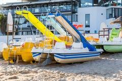 活跃休闲的脚蹬筏在沙子靠岸 库存照片