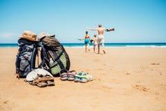 活跃假期概念图象 背包徒步旅行者愉快旅客的家庭 库存图片