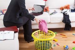 活跃妇女清洁房子和工作 库存图片