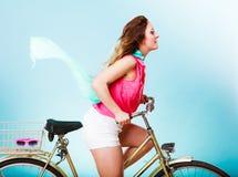 活跃妇女骑马自行车自行车 被风吹的头发 库存照片