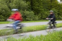 活跃家庭骑马自行车在春天 免版税图库摄影