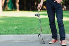 活跃成人 夏天在公园的体育背景 免版税库存图片