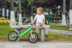 活跃白肤金发的孩子男孩和自行车在海附近 获得小孩的孩子作和乐趣在温暖的夏日 户外childr的比赛 免版税图库摄影