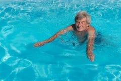 活跃老人游泳 免版税库存图片