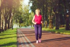 活跃资深妇女赛跑 免版税库存照片