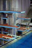 跃迁的跳板在体育复合体的水中 免版税库存照片