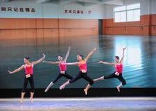 跃迁训练古典芭蕾训练基本的舞蹈培训班 免版税库存照片