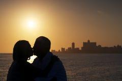 活跃退休的人,在爱的浪漫年长夫妇,亲吻 免版税库存图片