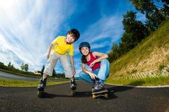 活跃青年人- rollerblading,踩滑板 库存图片