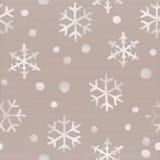 跌倒在纸板背景的白色水彩雪花 冬天主题的无缝的样式 免版税库存图片
