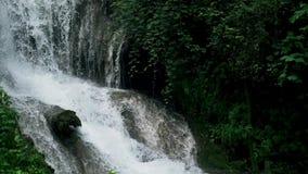 跌倒在美丽的意大利别墅的水慢动作射击在蒂沃利 影视素材