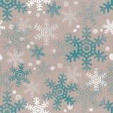 跌倒在群的雪花 在米黄纸板纸无缝的纹理的白色和蓝色透明雪题材 库存图片
