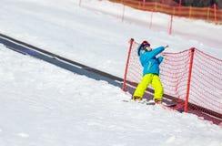 跌倒的小男孩,当滑雪对于儿童区域时 免版税图库摄影