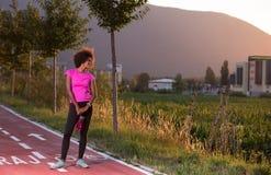 跑一名年轻非裔美国人的妇女的画象户外 免版税图库摄影