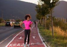 跑一名年轻非裔美国人的妇女的画象户外 免版税库存图片