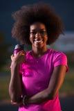 跑一名年轻非裔美国人的妇女的画象户外 库存照片