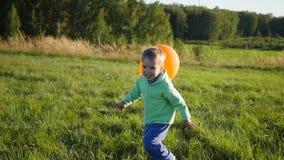 跑与一个气球的愉快的男孩在公园 步行和室外娱乐 影视素材
