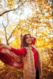 跑与一条围巾的少妇在森林里 免版税库存图片