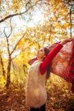 跑与一条围巾的少妇在森林里 库存照片