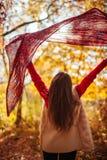 跑与一条围巾的少妇在森林里 免版税库存照片