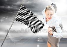 跑与在路的公文包的女商人有地平线、风暴和方格的旗子的 免版税库存图片