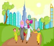 跑与孩子的回教家庭 免版税库存图片