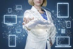 跑与技术的女实业家连接到云彩 免版税库存照片