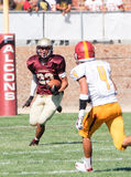 跑与球的美国橄榄球运动员 图库摄影