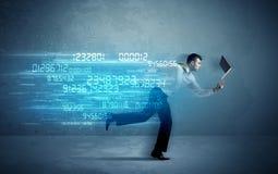跑与设备和数据概念的商人 免版税库存照片