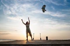 跑与风筝的妇女 免版税库存图片