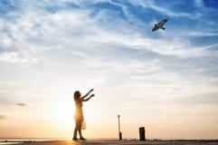 跑与风筝的妇女 库存照片