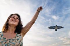 跑与风筝的妇女 免版税库存照片